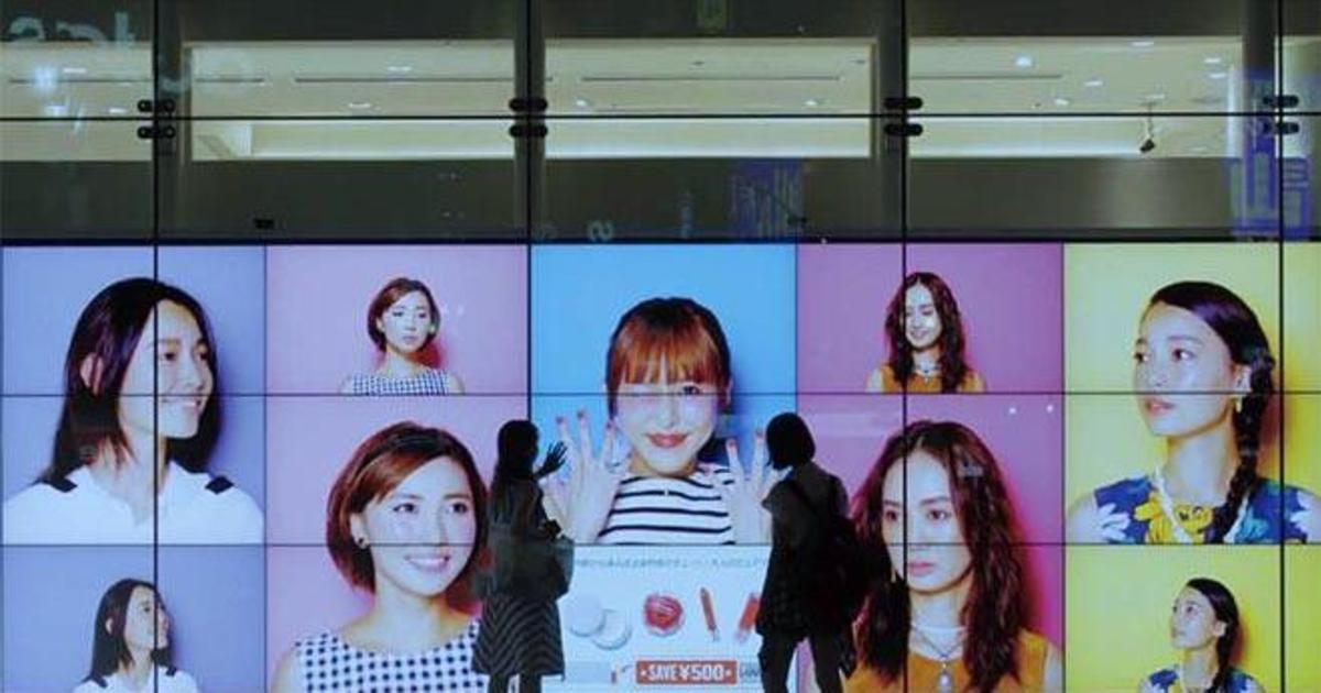 Интерактивная витрина подобрала косметику туристам.
