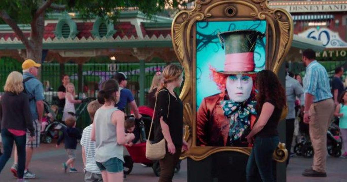 Джонни Депп в роли Безумного Шляпника удивил посетителей Диснейленда.