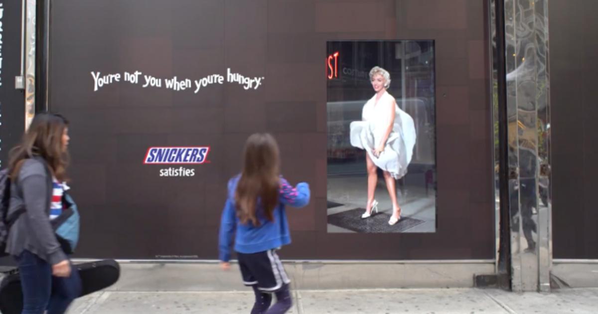Мерилин Монро ругает прохожих, рекламируя Snickers.