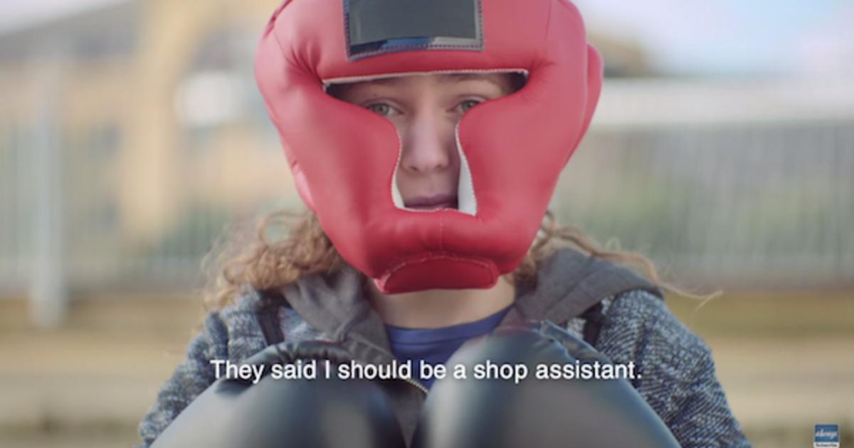 Новый ролик #LikeAGirl Always вдохновляет девочек не бросать спорт.
