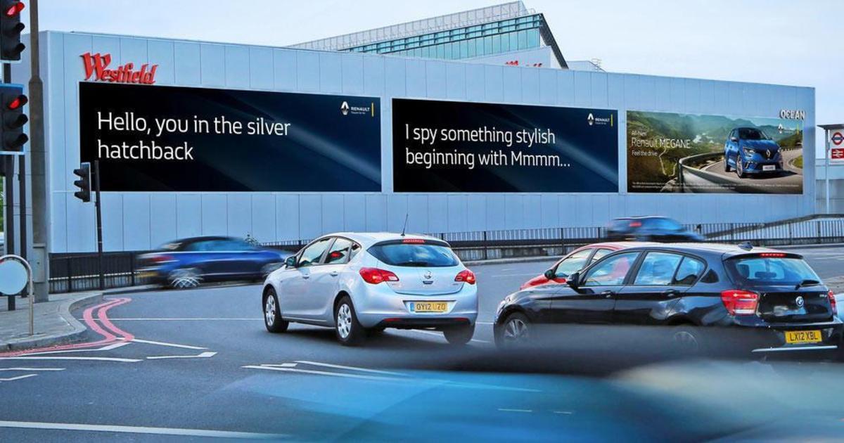 Renault показывает таргетированную рекламу на дорогах.
