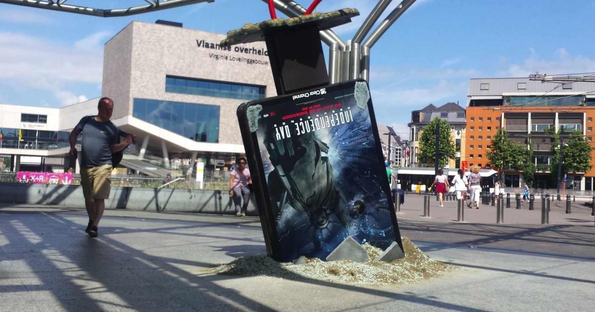 Вырванный из земли билборд анонсировал выход сиквела «Дня независимости».
