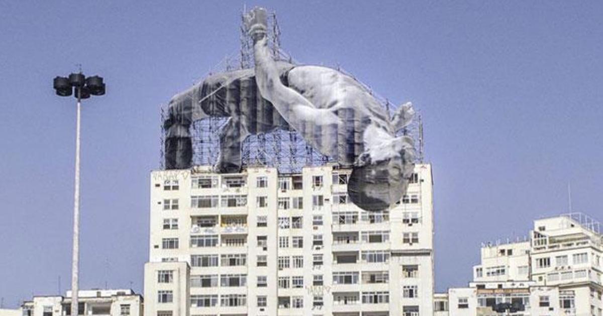 Рио украсили огромные скульптуры спортсменов.