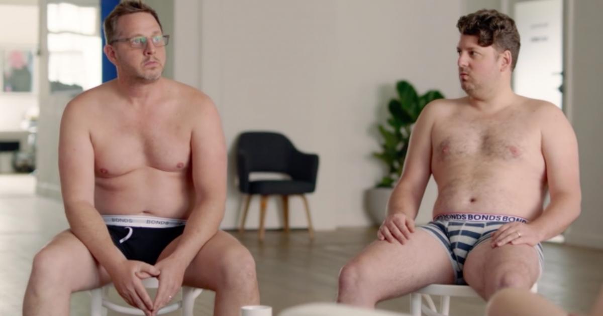 Мужчины переживают о своей внешности после рождения детей в рекламе трусов.
