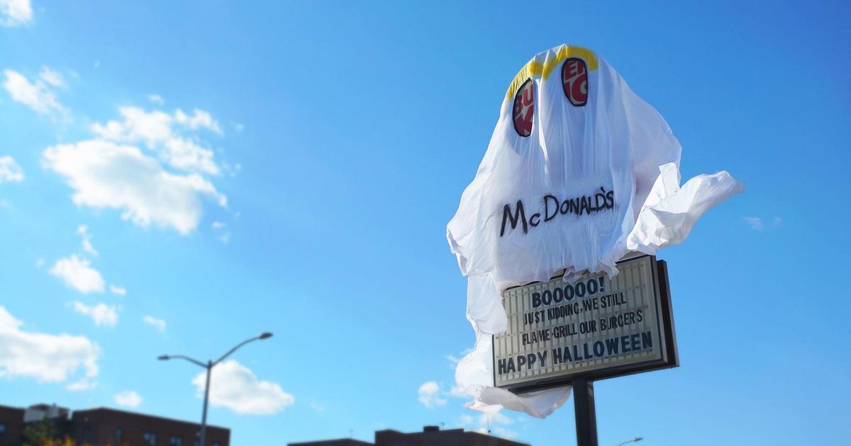 Burger King переоделся в призрак McDonald's ради Halloween.