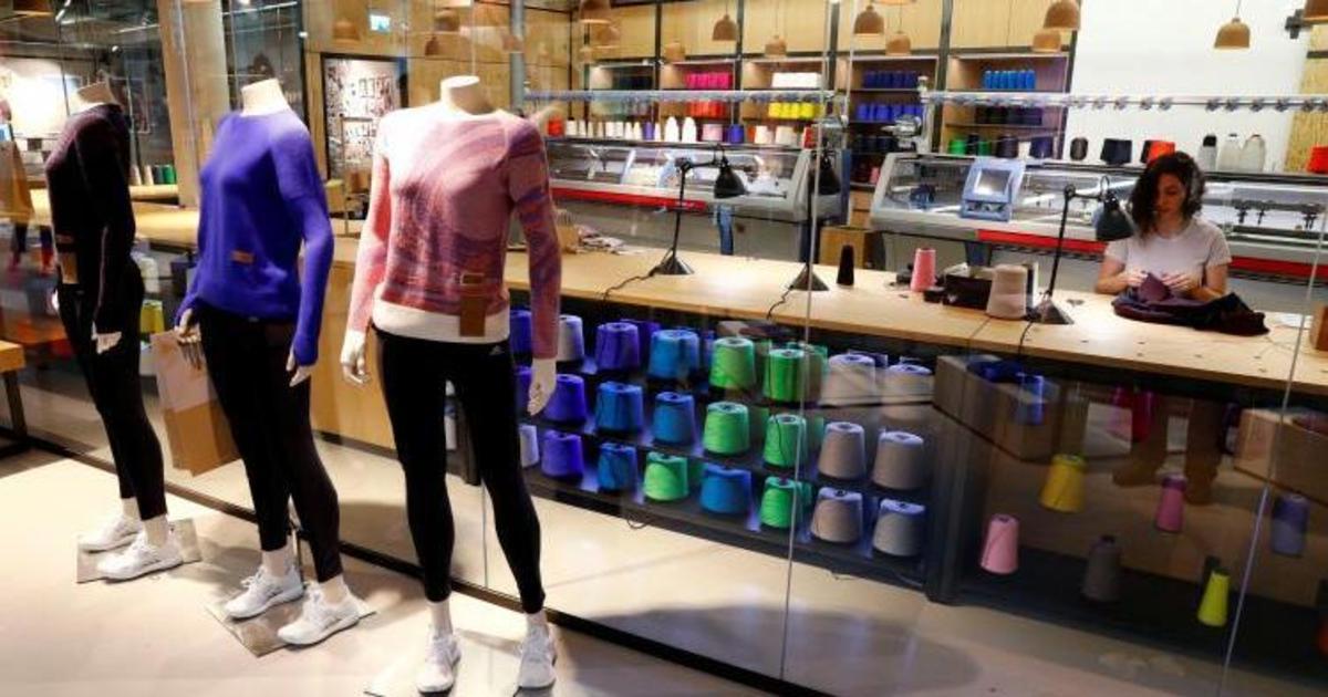 Adidas вяжет созданные покупателем свитера прямо в магазине.