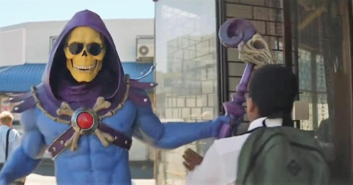 Эпичный скелет стал звездой рекламы.