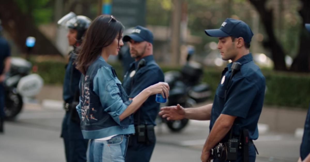 В сетях негативно отреагировали на новую рекламу Pepsi с Кендалл Дженнер.