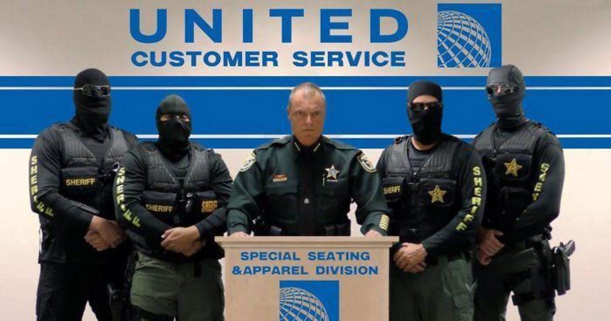 Пользователи троллят United Airlines смешными мемами.