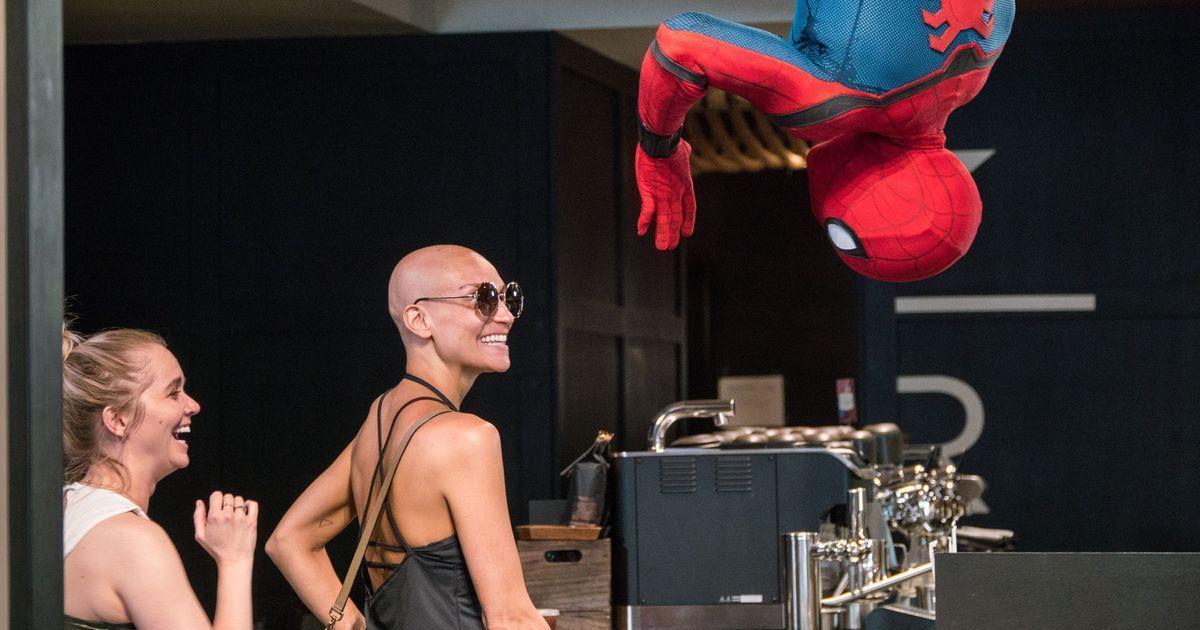 Человек-паук внезапно появился в Starbucks в рамках промо фильма от Sony.