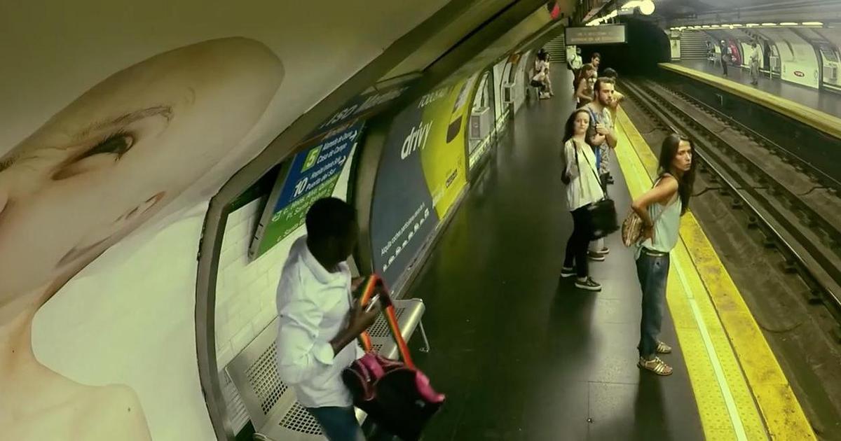 Поезд-невидимка удивил пассажиров в умном рекламном пранке.