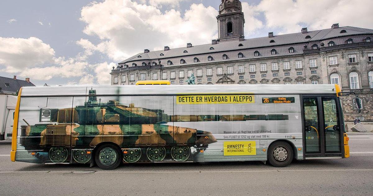 На улицах Копенгагена появились танки от Amnesty International.