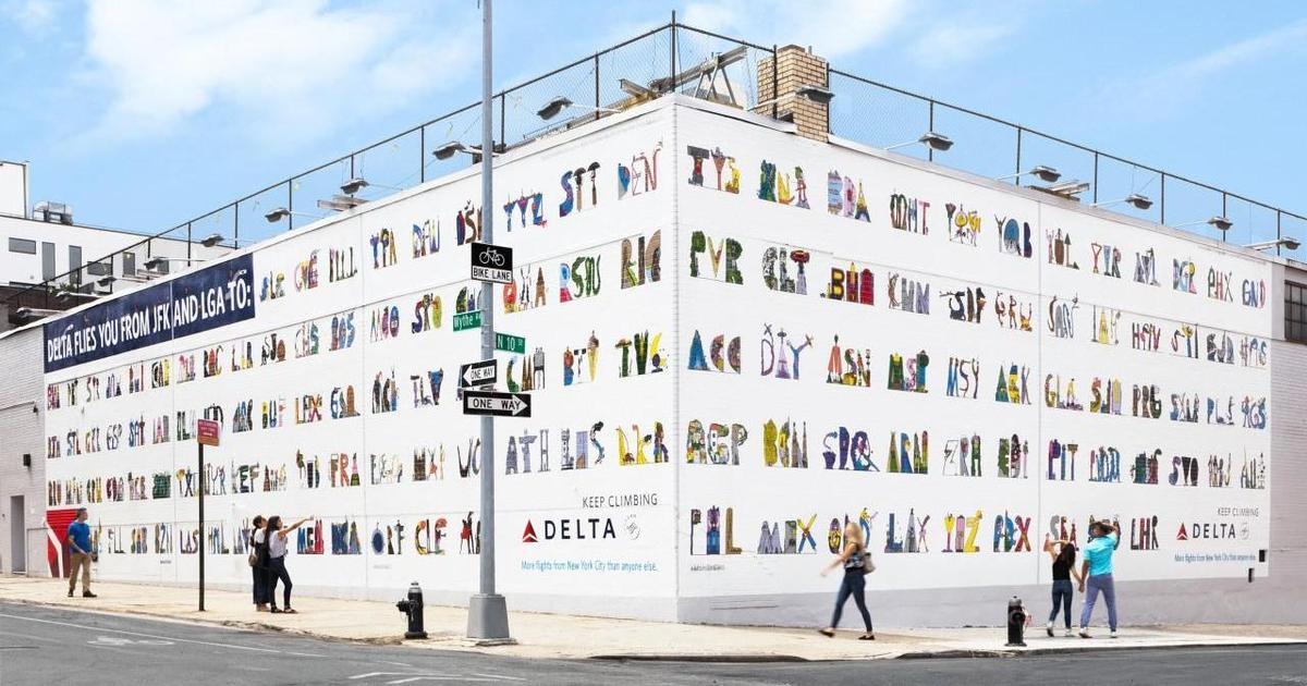 Delta изобразила коды аэропортов на новом мурале в Бруклине.