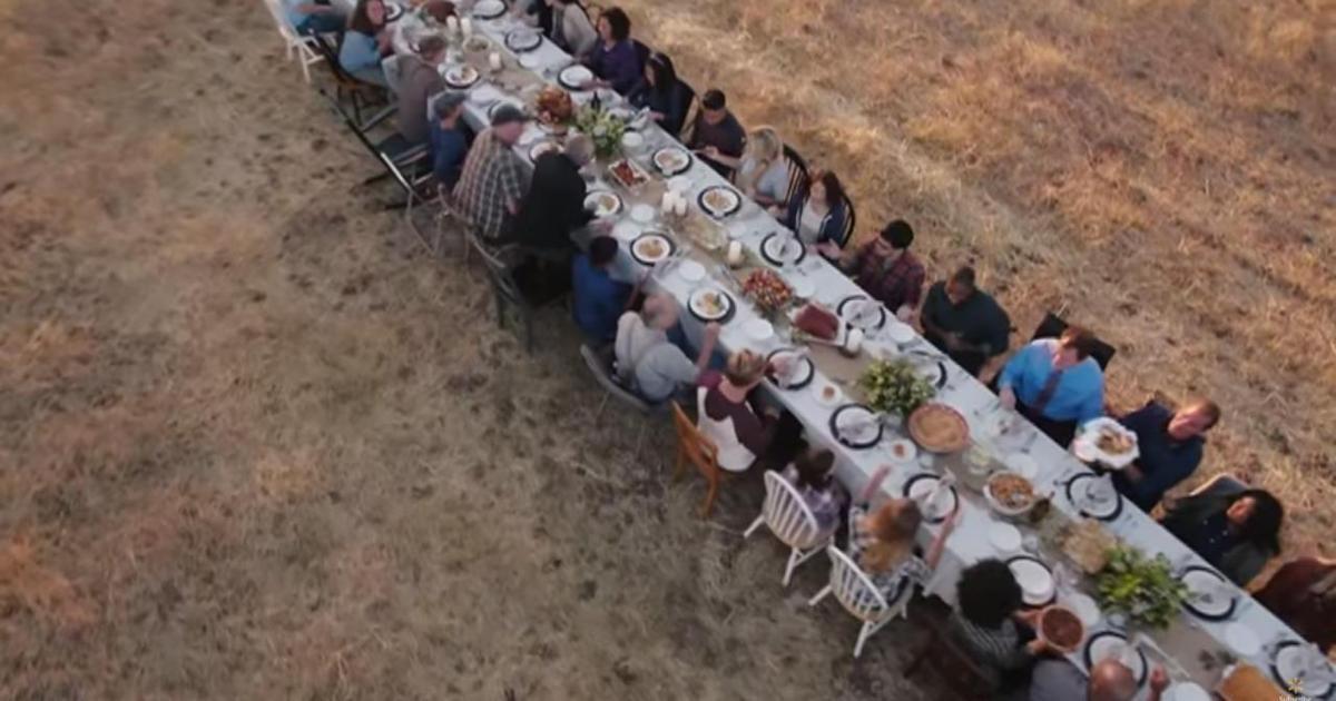 Реклама Walmart объединила разных людей за одним большим столом.