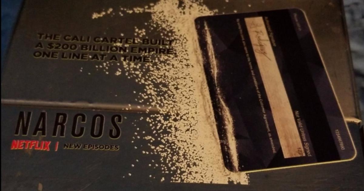 Netflix рассыпал кокс в туалетах для промо третьего сезона «Нарко».
