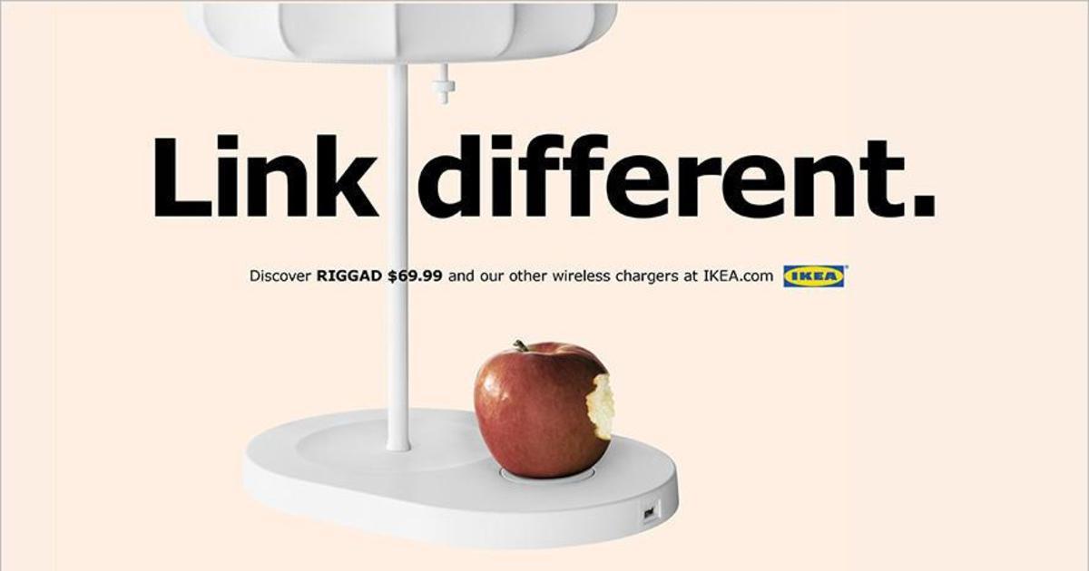 IKEA пошутила над Apple в рекламе своей лампы с беспроводной зарядкой.