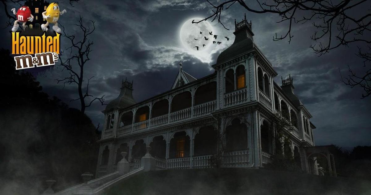 M&M's забрался в дом с призраками накануне Хэллоуина.