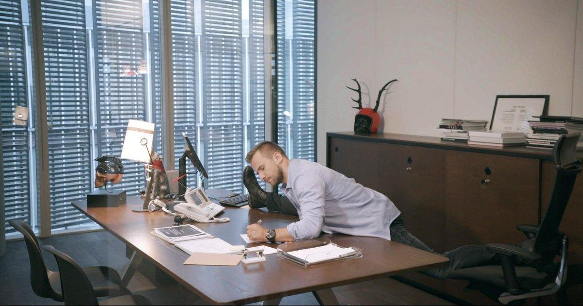 Умеете креативно сидеть? Diesel представил первого Chair Executive Officer.