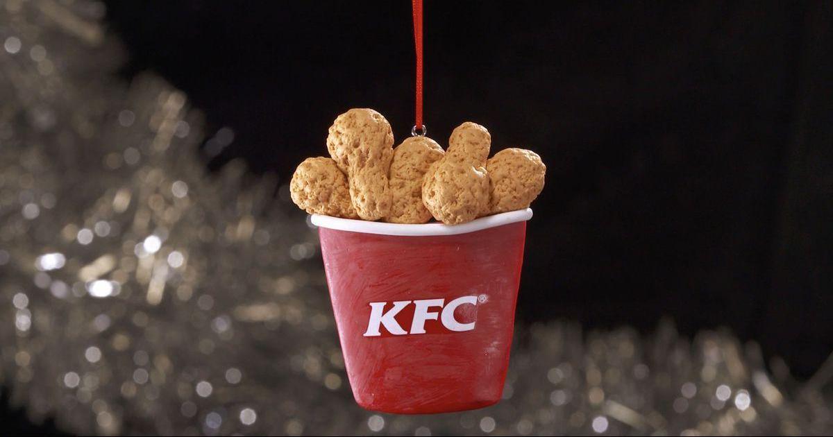 KFC выпустил елочные украшения в форме куриных ножек.