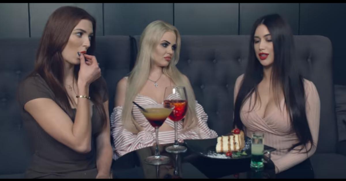 В сети раскритиковали сексисткую рекламу львовского бара.