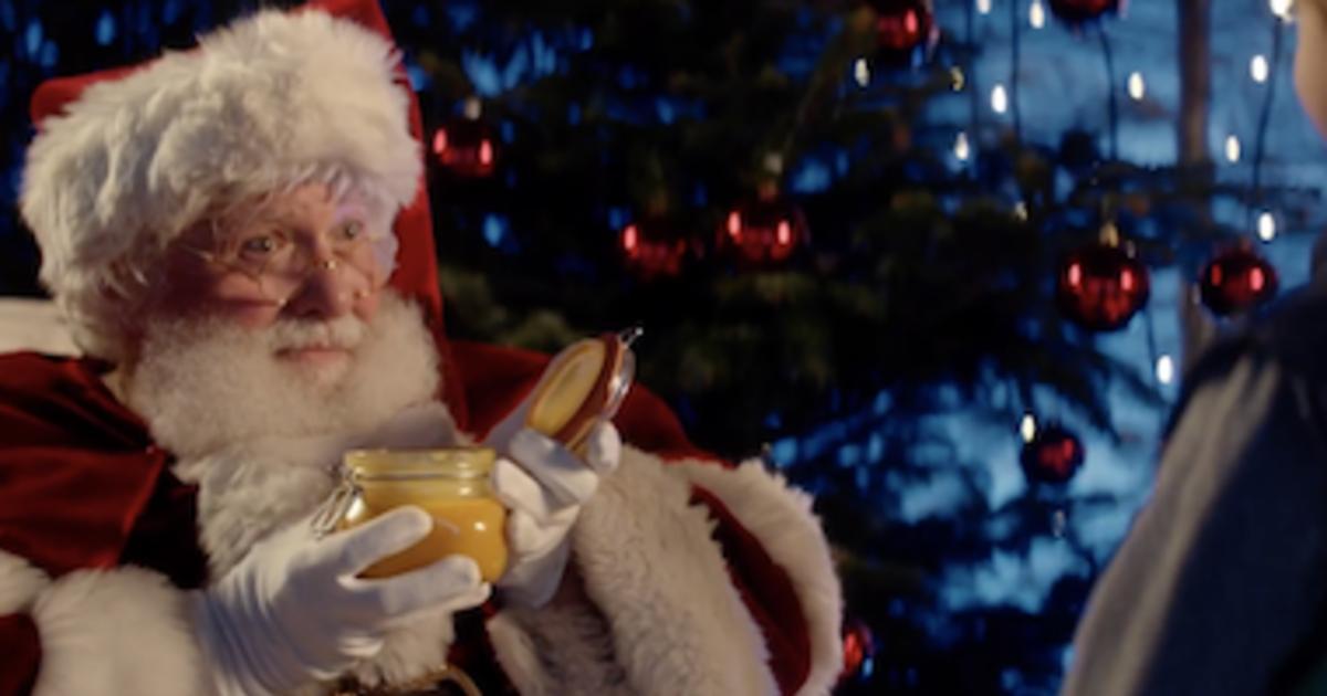 Санту посадили на диету в рождественской рекламе супермаркета.