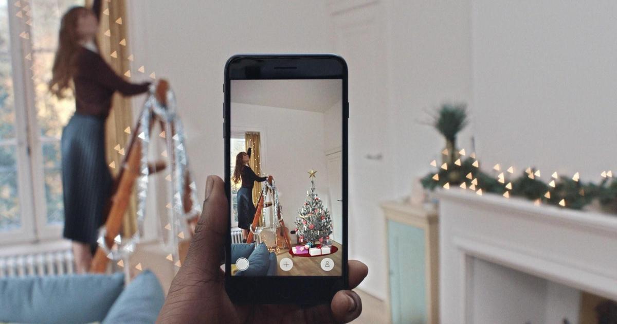IKEA помогает разместить елку в доме с помощью своего AR-приложения.