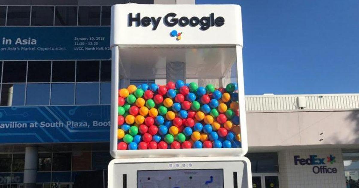 Google продвигает digital-помощника на CES с помощью гигантского автомата.