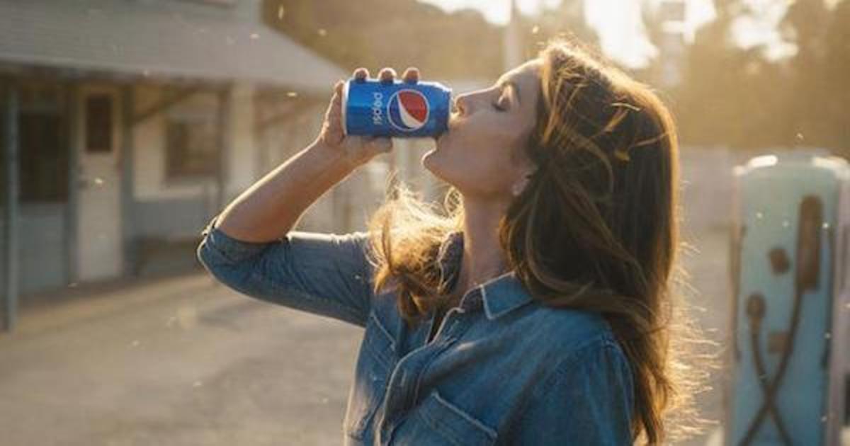 Pepsi вернет ретро упаковку и рекламу с Синди Кроуфорд в честь 120-летия.