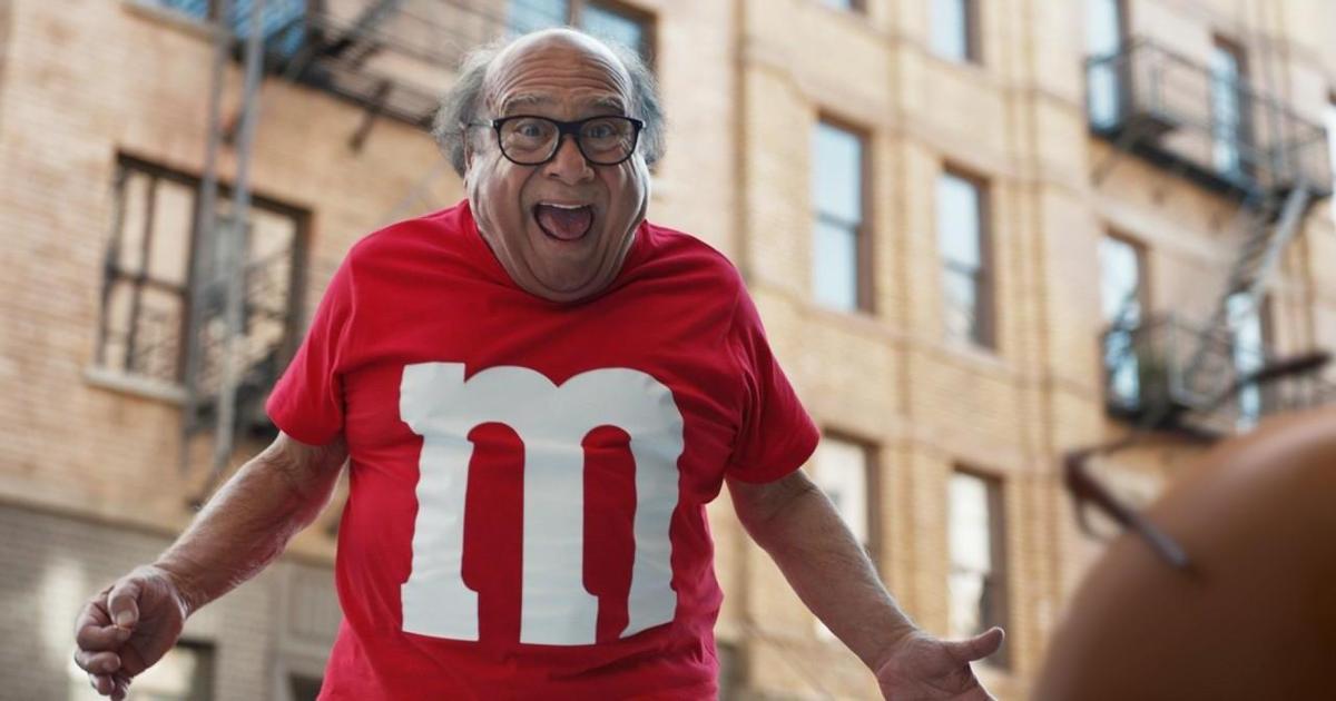 Красный M&M's превратился в Дэнни Де Вито в ролике для Super Bowl.
