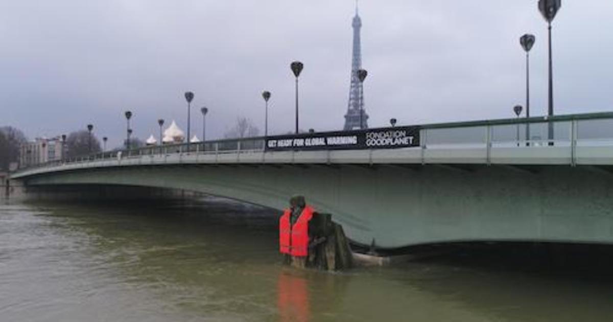 На статую зуава в Париже надели спасательный жилет в рамках соцкампании.