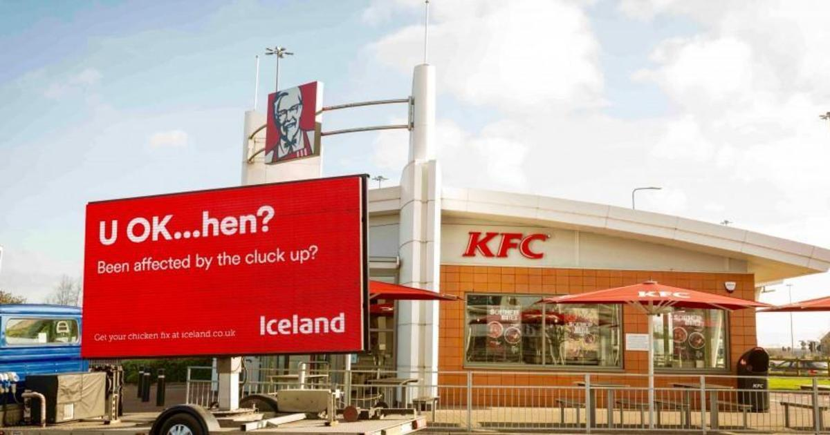 Британский ритейлер Iceland посмеялся над KFC в наружной рекламе.