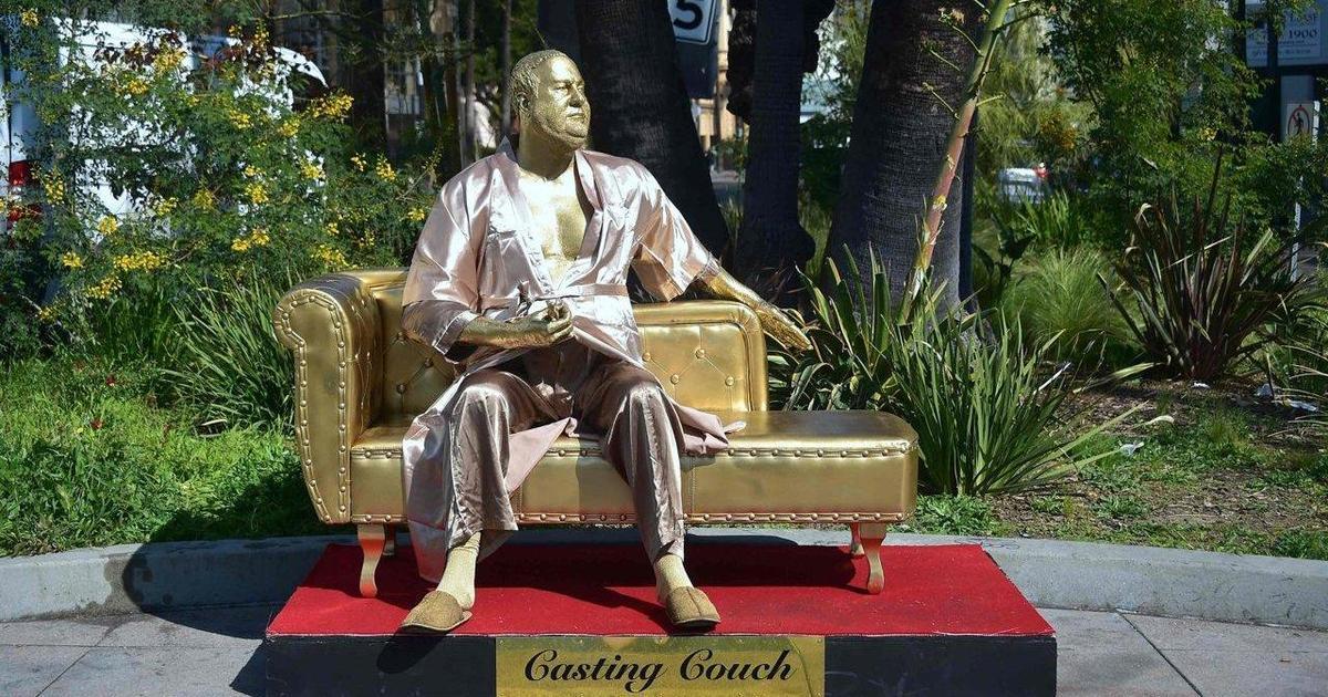 В Голливуде в преддверии «Оскара» появилась статуя Вайнштейна.