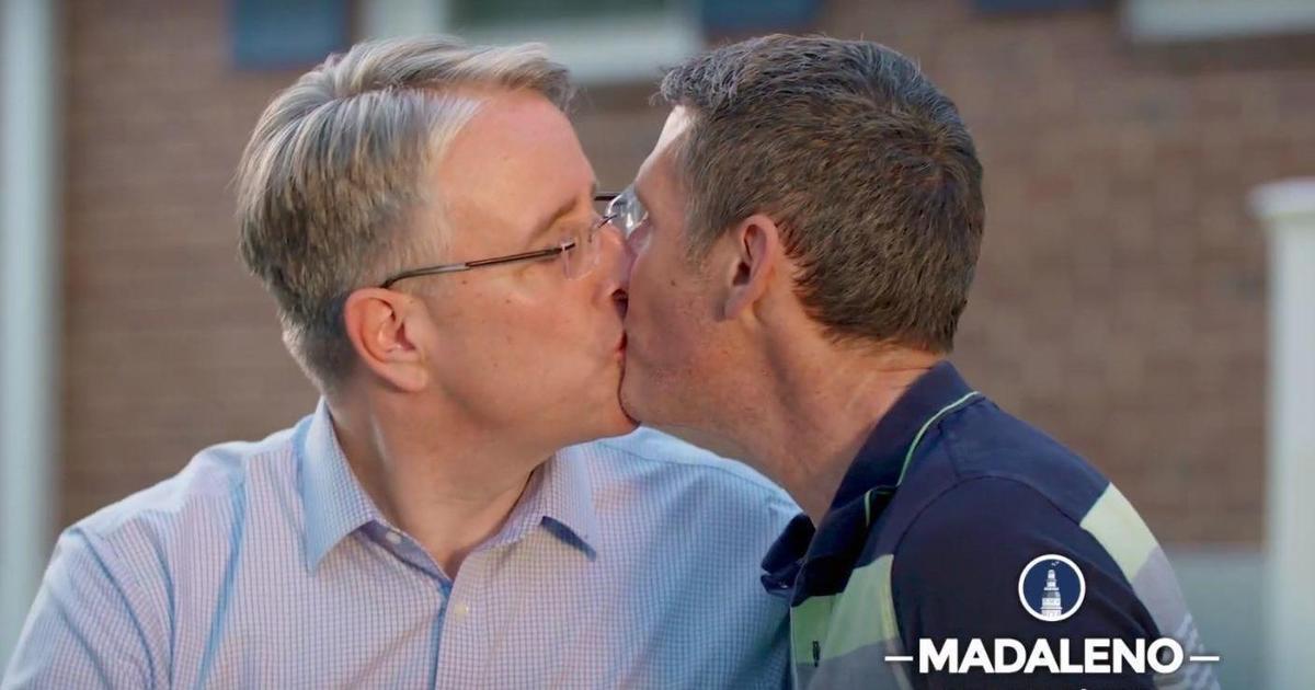 Политик поцеловал своего мужа назло Трампу в предвыборном ролике.