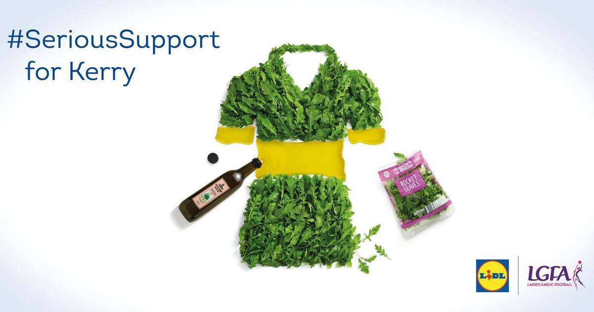 Сеть супермаркетов поддержала женский гэльский футбол креативной наружкой.