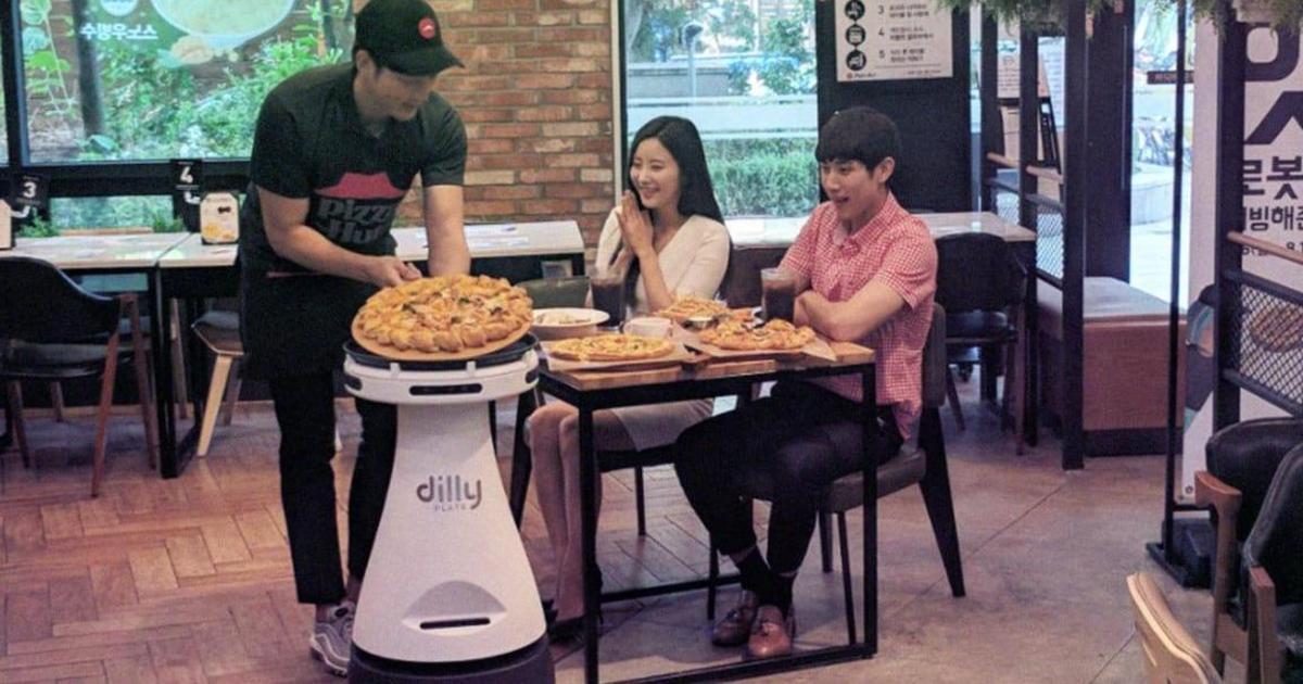 В корейской Pizza Hut появился новый робот-официант.