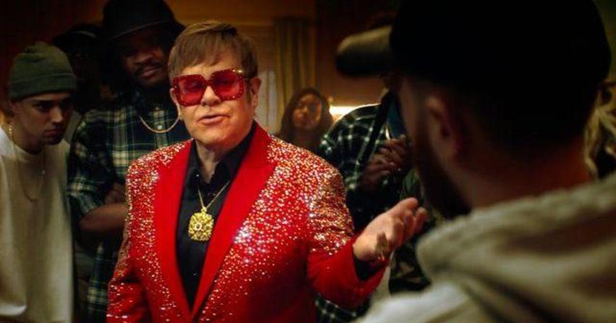 Элтон Джон превратился в рэпера в рекламе Snickers.