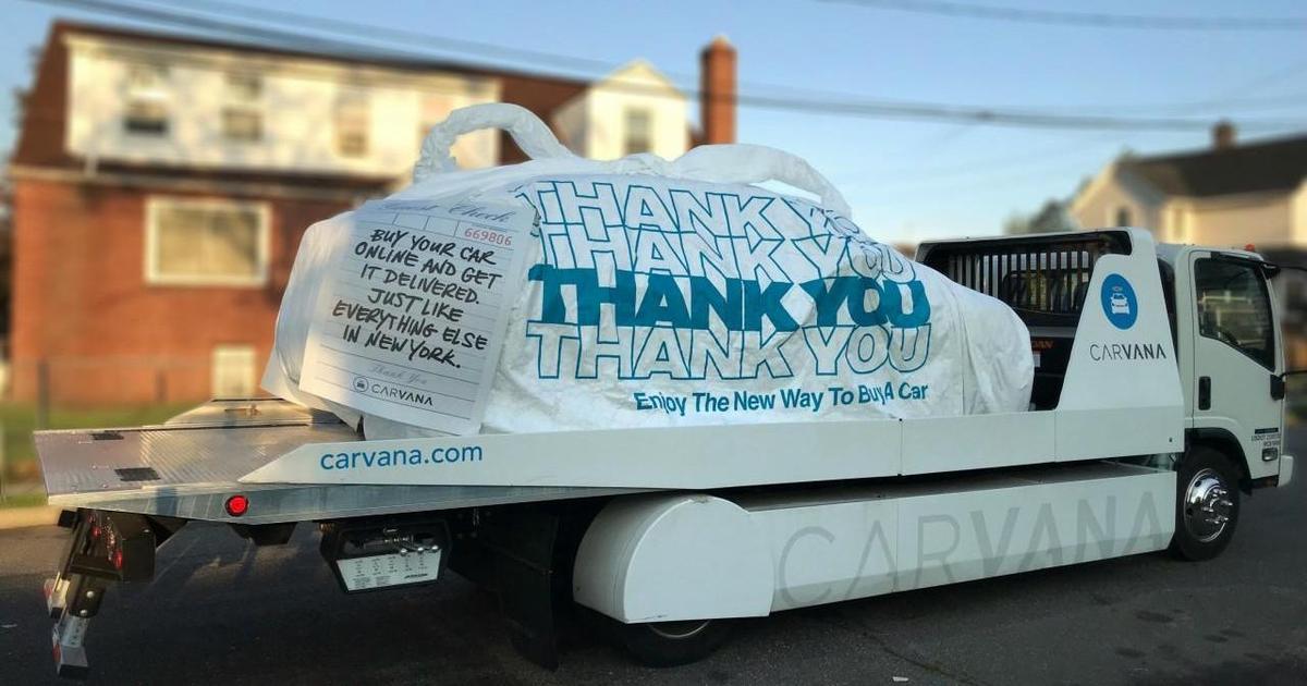 Парад грузовиков Carvana доставил автомобили в пакетах.