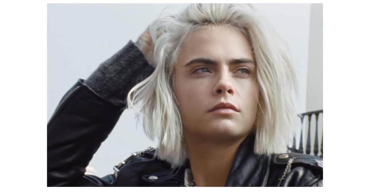 Кара Делевинь запела в новой рекламе для Burberry.