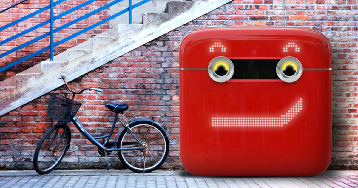 Вендинговый автомат Coca-Cola собирает использованную упаковку.