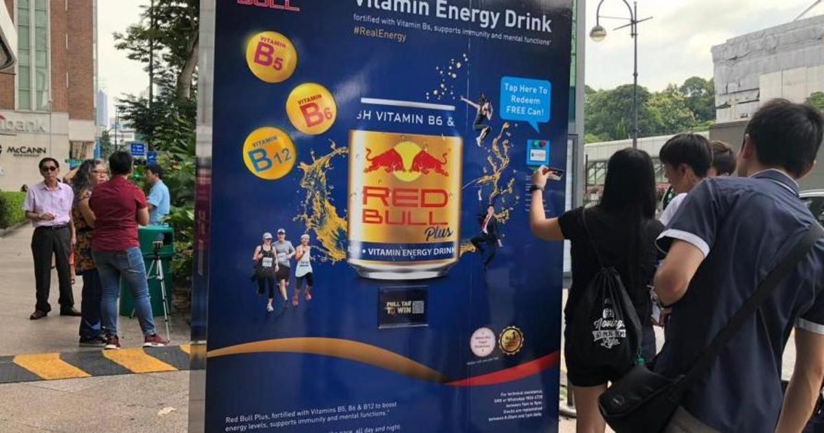 Red Bull превратил автобусные остановки в вендинговые автоматы.