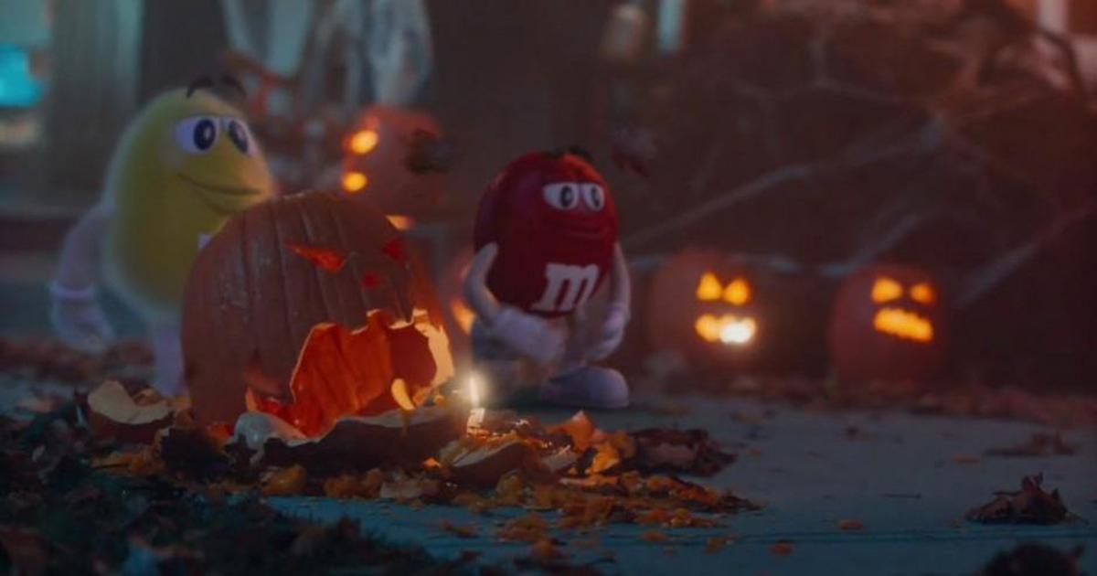Один из драже M&M'S стал призраком в ролике на Хэллоуин.