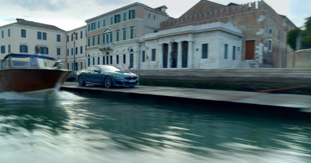 В рекламе новой модели BMW впервые в истории проехался каналами Венеции.