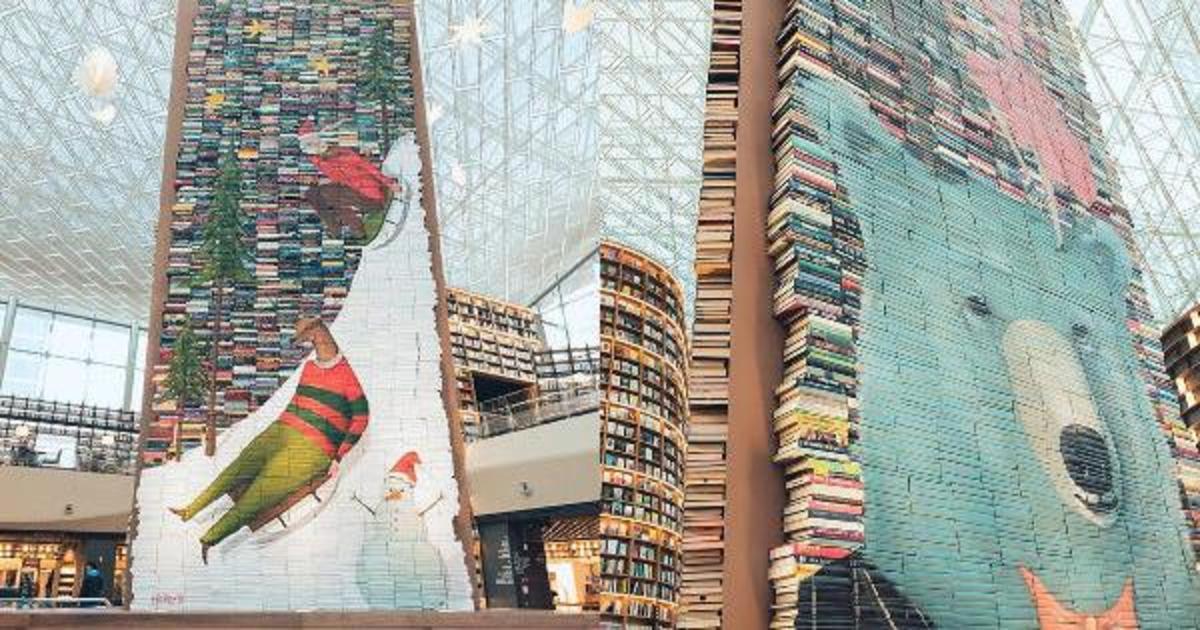 Южнокорейская библиотека удивила рождественскими дисплеями.