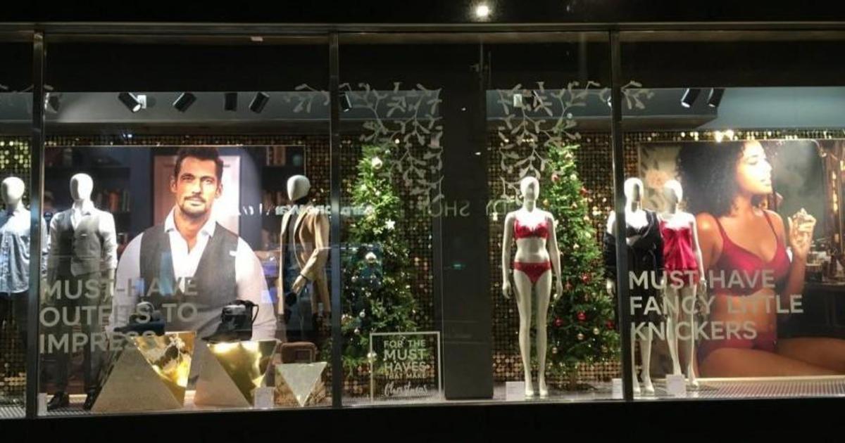 Рождественская витрина M&S вызвала споры о сексизме.