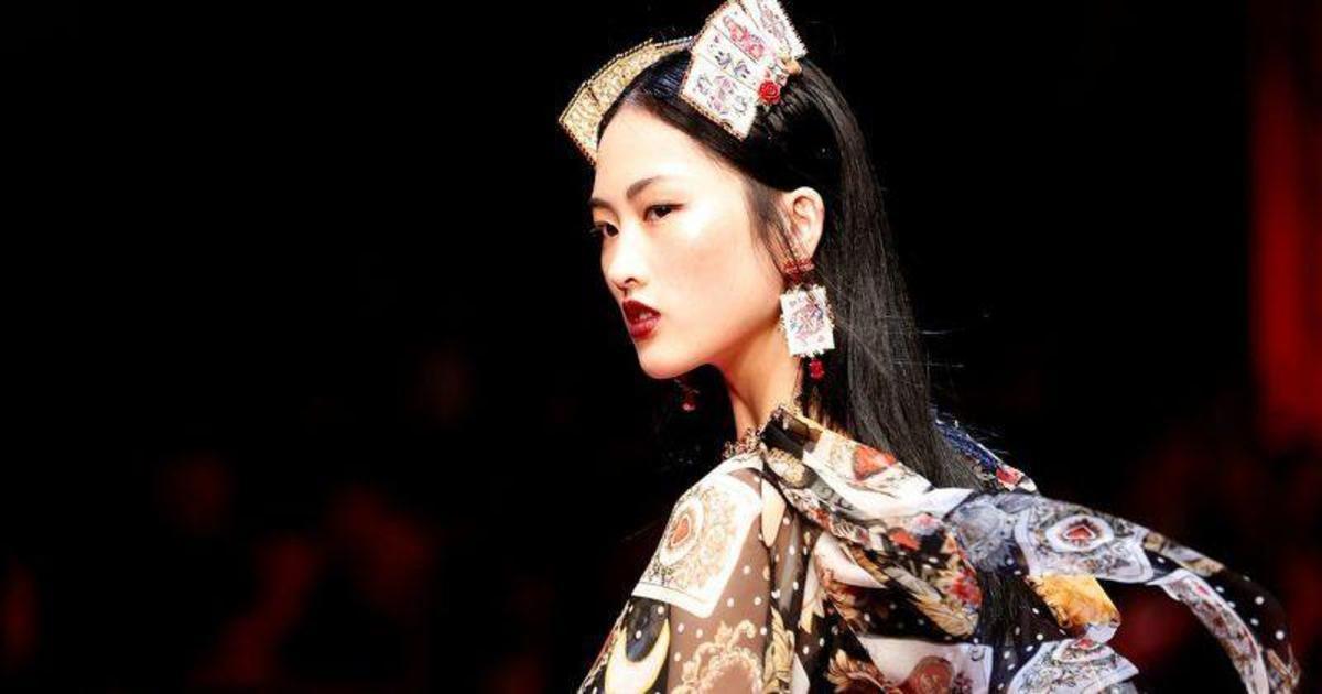 Китайские e–commerce сайты бойкотируют продукты Dolce & Gabbana из-за расистской рекламы.