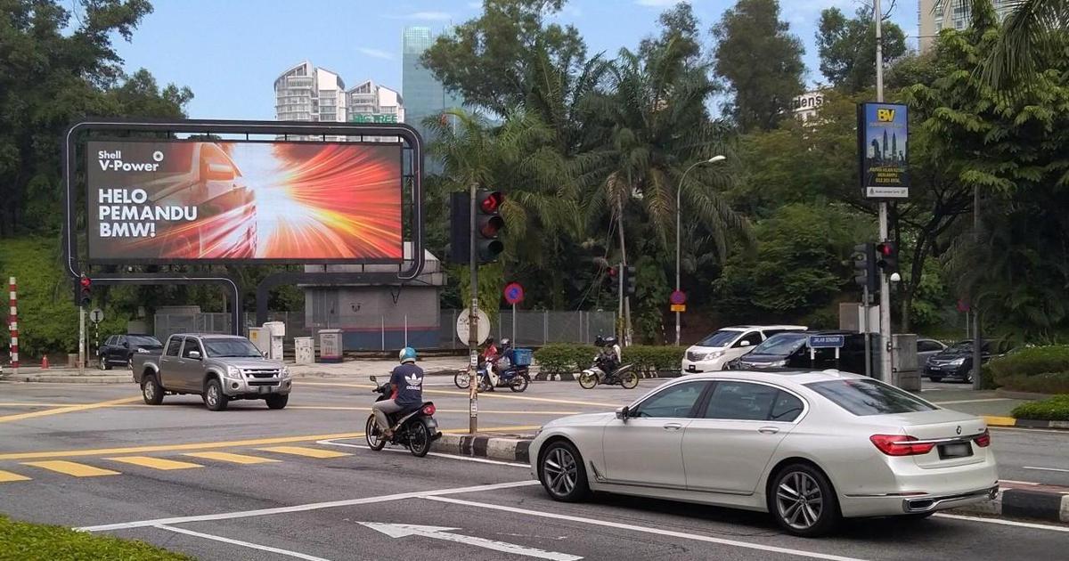 В Shell создали билборд, узнающий бренды автомобилей.
