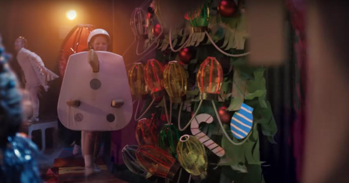 Ребенок-вилка-для-розетки в рождественской рекламе Sainsbury's стал причиной жалоб.
