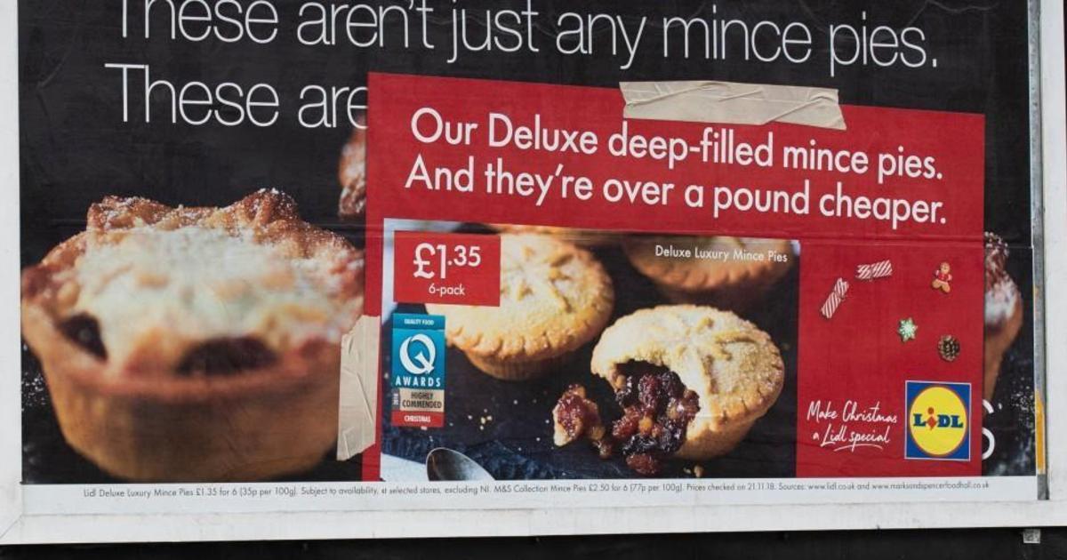 Lidl «захватила» наружную рекламу своих конкурентов в рождественском промо.