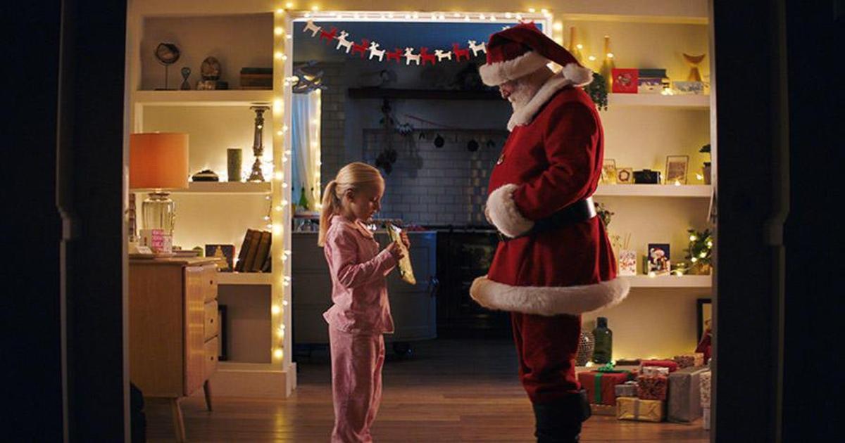 В ролике Huawei Санта Клаус читает книгу девочке с помощью языка жестов.