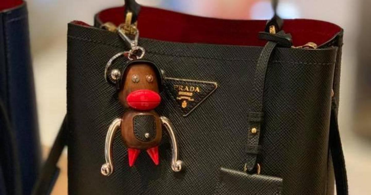 Prada обвинили в расизме из-за аксессуаров в виде обезьян.
